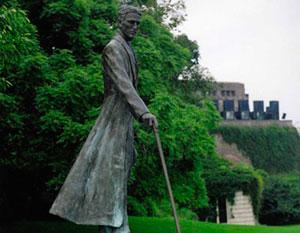 Monument at Niagara Falls