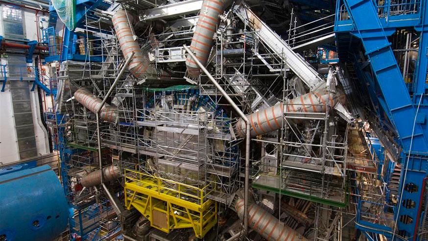 Система магнитов в детекторе ATLAS в лабораториях ЦЕРН имеет восемь сверхпроводящих магнитов огромного размера (серые трубы)