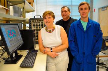Михримах Озкан, Ченгиз Озкан и Захари Фейворс у себя в лаборатории.