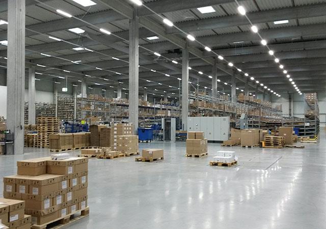 Внутри дистрибьюрского склада фармацевтических товаров в Верне (Германия)