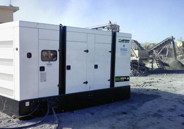 Электрогенераторная установка в действии в горнодобывающей промышленности