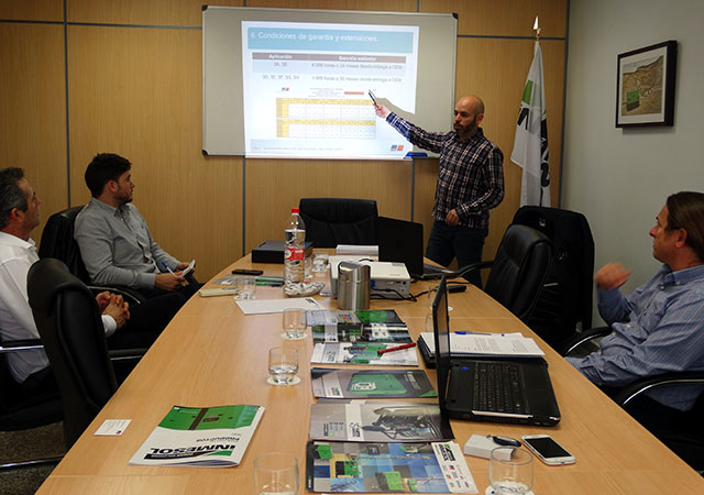 Серхио Фрутос и Антонио Эскудеро , специалисты инженерно-технического отдела и отдела по послепродажному обслуживанию компании INMESOL, на бизнес-тренинге