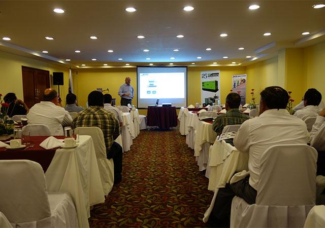 Участники мероприятия знакомятся с презентацией Луиса Наварро