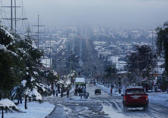 Покрытый снегом Сантьяго. - Изображение: EPA