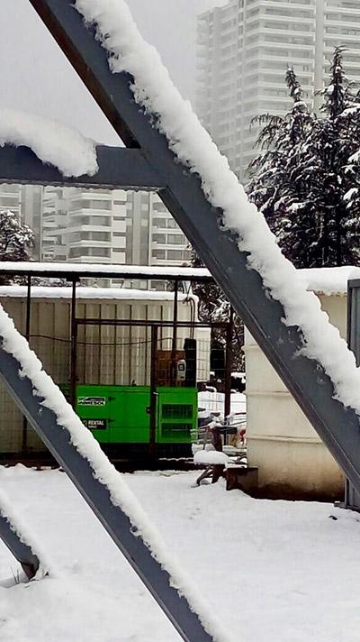 Резервный электрогенератор модели IK-033 позади аптеки в Сатьяго-де-Чили.