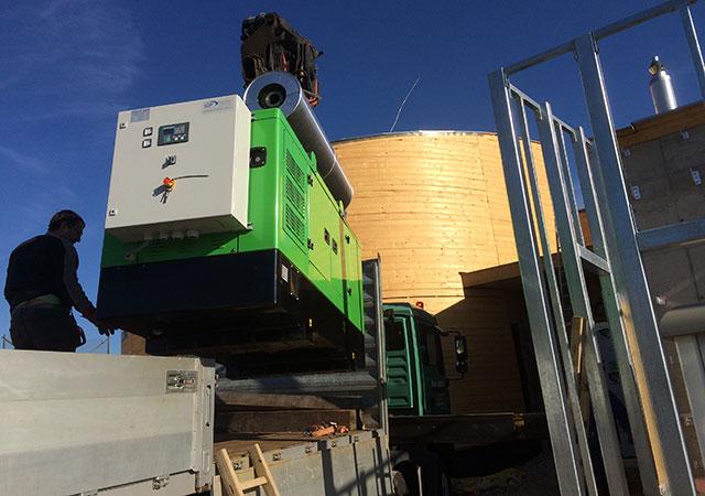 Генератор INMESOL, модель II-066 прибывает для последующей установки рядом с водонапорной башней